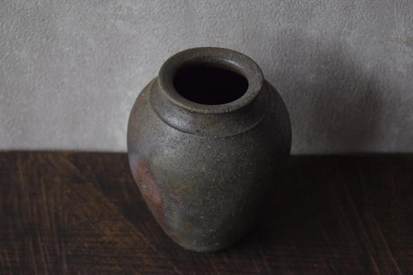 ca-koのウェブサイトです。四季折々の道草。心にとまった身近な草花を、小さな発見を楽しみながら出会った器に合わせています。中里太亀さんの花器です。