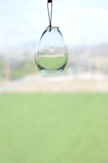 ca-koのウェブサイトです。四季折々の道草。心にとまった身近な草花を、小さな発見を楽しみながら出会った器に合わせています。平岩愛子さん、ガラスの作品です。