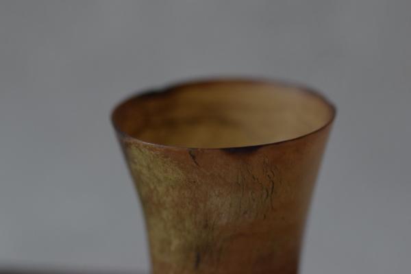ca-koのウェブサイトです。四季折々の道草。心にとまった身近な草花を、小さな発見を楽しみながら出会った器に合わせています。スウェーデンの水牛の角からできた酒盃です。
