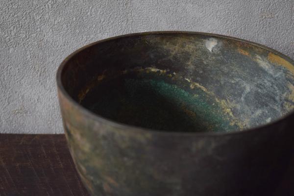 ca-koのウェブサイトです。四季折々の道草。心にとまった身近な草花を、小さな発見を楽しみながら出会った器に合わせています。15世紀クメール王朝時代の金属碗です。