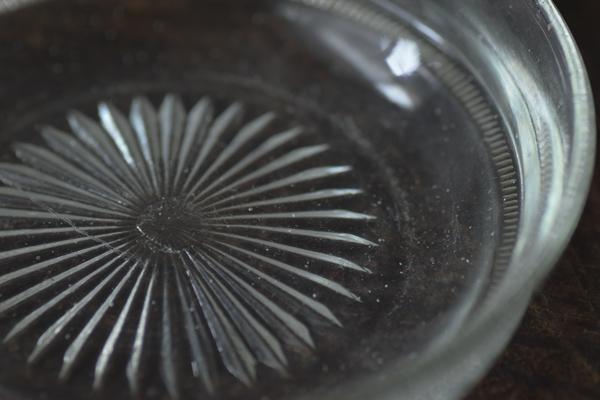 ca-koのウェブサイトです。四季折々の道草。心にとまった身近な草花を、小さな発見を楽しみながら出会った器に合わせています。アンティークのガラス小皿です。