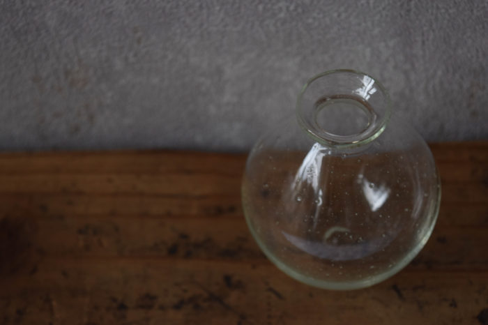 ca-koのウェブサイトです。四季折々の道草。心にとまった身近な草花を、小さな発見を楽しみながら出会った器に合わせています。伊藤亜木さん、ガラスの作品です。