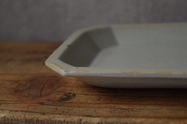 ca-koのウェブサイトです。四季折々の道草。心にとまった身近な草花を、小さな発見を楽しみながら出会った器に合わせています。角田淳さん作のお皿です。