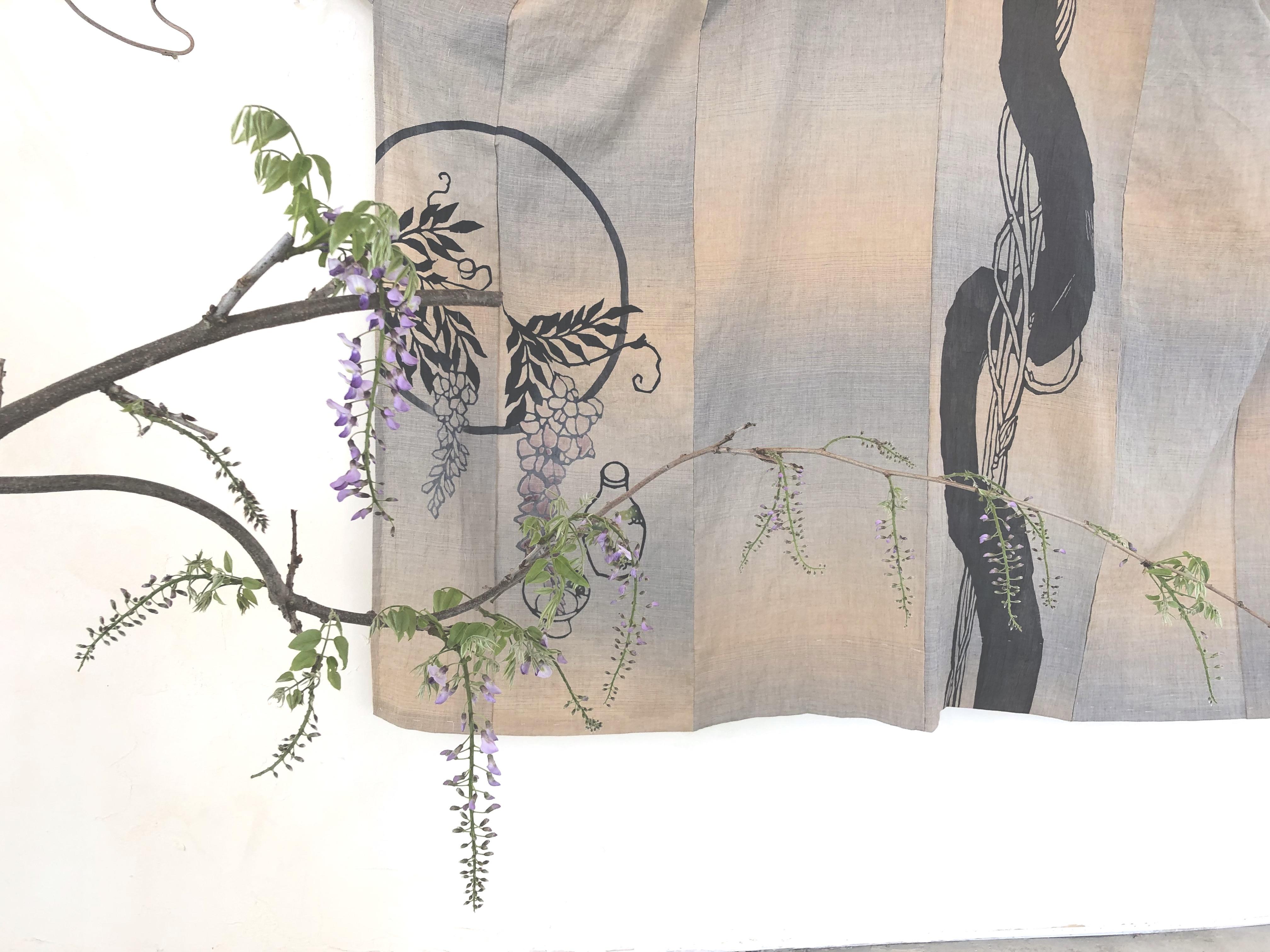 烏山結貴、ca-koのウェブサイトです。小倉充子×烏山結貴「型染 × 草花」 型染作家の小倉充子さんと、 3つの物語を題材に、絵羽と草花にて共演しました。