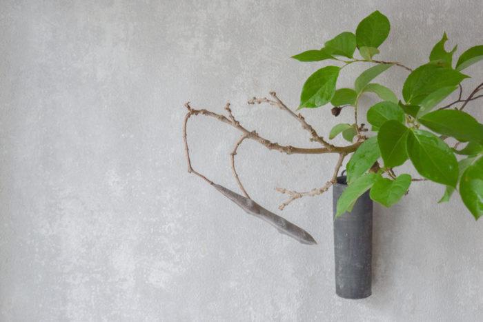 烏山結貴、ca-koのウェブサイトです。四季折々の道草。心にとまった身近な草花を、小さな発見を楽しみながら出会った器に合わせています。抛入花の写真です。藤豆、夏椿を入れました。