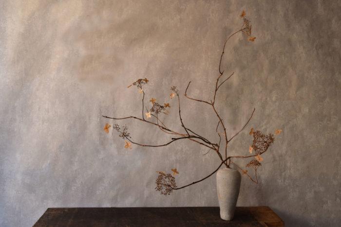 烏山結貴、ca-koのウェブサイトです。四季折々の道草。心にとまった身近な草花を、小さな発見を楽しみながら出会った器に合わせています。抛入花の写真です。紫陽花の末枯れを入れました。