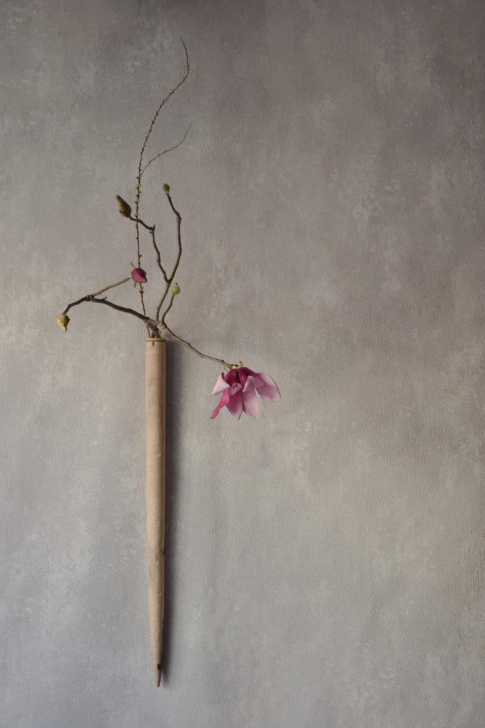 烏山結貴、ca-koのウェブサイトです。四季折々の道草。心にとまった身近な草花を、小さな発見を楽しみながら出会った器に合わせています。抛入花の写真です。烏木蓮と雪柳を入れました。